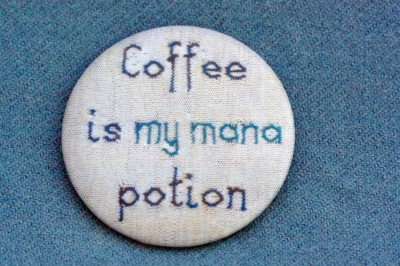 """Anstecker """"Coffee is my mana potion"""""""
